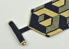 Dieses Armband wird mit #11 Delicas Glasperlen in 3 Farben hergestellt. Eine Mischung aus schwarz matt und Glanz verzinkt gold Perlen macht einen 3D Effekt. Die Schließung ist auch Perlen und dupliziert das Hauptelement des Design - Sechskant. Misst 7 Zoll