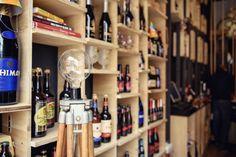 Era para ser apenas uma loja conceitual de cerveja no centro de Plovdiv na Bulgária, mas o Studio 8 ½ foi além e criou um lugar familiar para degustar cervejas belgas, assim como conhecer amantes de cerveja artesanal. projeto. interiores. revista. 4ED.