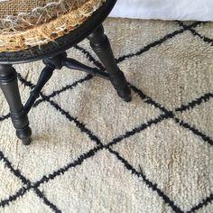 Grandtapis berbère Marocain aux motifs géométriques de 3 mètres / 2 mètres.  Modèle Beni Ouarain. Considéré comme le roi des tapis au Maroc.  Coloris crème/blanc cassé et noir chocolat.  Produit neuf. Excellente qualité de la laine.  100% pure laine épaisse tissée et nouée artisanalement à la main.  Pièce unique.  Dimensions :  Longueur 3 mètres  Largeur 2 mètres  En savoir + sur la livraison