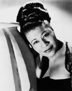 Ella Fitzgerald was a female jazz singer considered without equal at the height of the jazz era. Her voice had an amazing and vibrant range that allowed her to sing nearly every jazz style. Ella Fitzgerald, Psychedelic Rock, Divas, Jazz Artists, Music Artists, Jazz Musicians, Photo Star, Vintage Black Glamour, New Wave