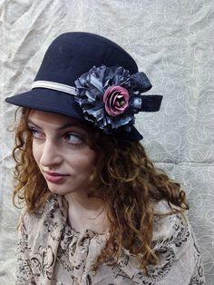 Sombrero base de fieltro custumizado con flor realizada artesanalmente.