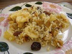 Cómo hacer Arroz con pasas. Primero hervimos el arroz en una olla con agua hirviendo, un chorrín de aceite y una pizca de sal, durante unos 12-14 minutos que