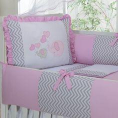 Kit berço geométrico no quarto de bebê moderno Nursery Sets, Cots, Baby Crib Bedding, Boy Blue, Baby Sewing, Pillow Design, Bed Sheets, Baby Dress, Baby Shower