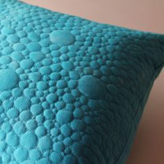 Polštář tyrkysový Polštář jsem ušila z vlastnoručně barvené látky. K barvení používám reaktivní barvy Procion MX Dye, které jsou stálobarevné a pěkně výrazné. Díky ručnímu barvení je na látce vytvořen jemný vzor batiky. Přední strana je tvořená třemi vrstvami - horní obarvená bavlněná látka, vatelín a spodní bavlněná látka. Tyto tři vrstvy jsou ...