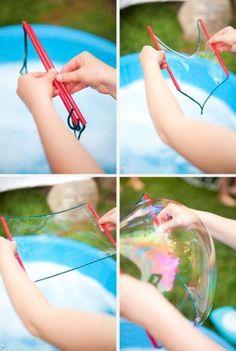 Da sempre nella top ten dei divertimenti per i bambini, questa è la stagione giusta per allenarsi con le bolle. Allora ecco come fare bolle di sapone giganti.