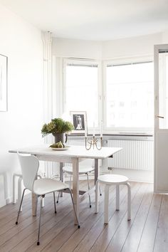 White dining room with light wooden floor. White drop-leaf table, white chairs and candle holder from Svenskt Tenn.   HEM&RUM.se   #fantasticfrank