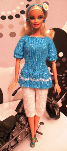Tenue 23 Portée par Madison + Réa de Karinette Barbie Dress, Barbie Clothes, Mini American Girl Dolls, Manequin, Blog, Creations, Knitting, Crochet, Sweaters