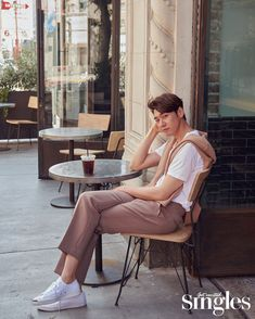Kim Young Kwang modeled for 'SINGLES' Magazine for the month of August. The actor showcased his stylish side while posing for the camera on a beautiful sunny day. Lee Tae Hwan, Lee Dong Wook, Kim Young Kwang, Park Hae Jin, Park Bo Young, New Actors, Pose For The Camera, How To Look Handsome, Korean Star