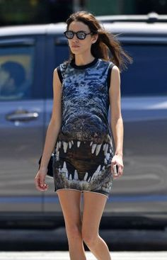Alexa Chung : la robe croco décalée et sexy qui fait mouche... A shopper !