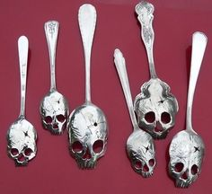Perfect gift for that goth in your life who also doesn't mind dribbling a little bit on themselves. Bustin' out the dremel. Diy Décoration, Diy Crafts, Dremel Projects, Estilo Rock, Silver Spoons, Memento Mori, Skull And Bones, Skull Art, Metal Skull