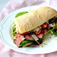 Maak nu je eigen homemade broodje rosbief! Heerlijk met truffelmayonaise en parmezaanse kaas en ideaal als lunch for 2!