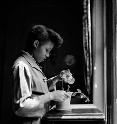 A look at Gordon Parks's first photo essay for Life shows how editors' choices of words and pictures can manipulate meaning. Park Photography, Glamour Photography, White Photography, School Photography, Gordon Parks, American Women, Famous Photographers, Documentary Photographers, My Black Is Beautiful