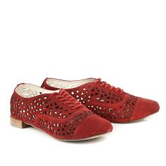 Lässiger Schnürschuh aus rotem Veloursleder mit dekorativen Cut-Outs, einer gepolsterten Lederinnensohle und einem kleinen Absatz.