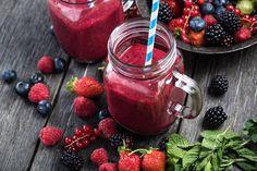 Egal ob zum Frühstück oder als Hungerstiller zwischendurch: Smoothies bieten eine leckere Art, um gesund abzunehmen. Diese Rezepte können dir dabei helfen!