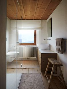 Small wood and white bathroom with ample natural ventilation - Decoist Small Rustic Bathrooms, Small Bathroom, White Bathroom, Bathroom Interior, Rustic Bathroom Accessories, Balcony Design, Bathroom Layout, Bathroom Ideas, Love Home