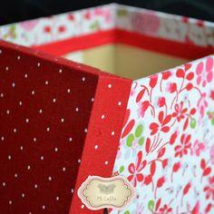 Caja de Madera Decorada. Forrada en tela.  Cuerpo: tela blanca estampada con flores rojas y rosas.  Tapa: tela roja estampada con lunares blancos.  Medidas: 15x15x15cm.  www.micajita.com.ar