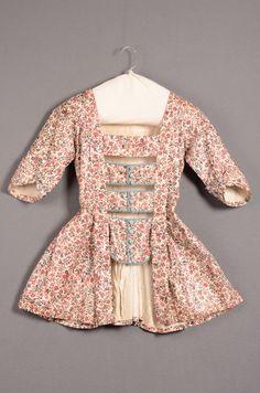 Caraco Rood en blauw gebloemde sits (cotton), gevoerd met linnen (linen). c1780 Dutch Identifier 8920