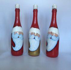Esta botella ha sido pintada a mano y el corcho decorado para parecer el tope del gorro de Santa. Puede ser usada para llenar con su bebida