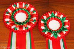 Представляем вашему вниманию новую яркую модель наградной розетки — Дублин. Розетка выполнена из атласной ленты красного, белого, зеленого цвета, с использованием золотой парчовой ленты. Длинные богатые хвосты — неизменный атрибут классической розетки. Дублин — розетка для настоящих Чемпионов!