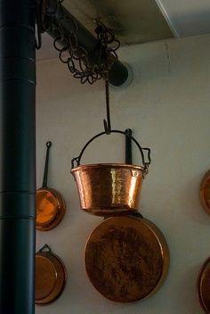 Copper Pots, Copper Kitchen, Copper And Brass, Antique Copper, Copper Penny Salad, Copper Interior, Copper Accents, Copper Material, Shabby Chic Kitchen