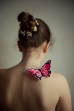 May the wings of the butterfly kiss the sun And find your shoulder to light on, To bring you luck, happiness and riches Today, tomorrow and beyond. Dark Photography, Photography Women, Portrait Photography, Butterfly Kisses, Butterfly Art, Madame Butterfly, Le Cri, Butterfly Project, Magical Images