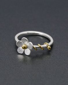 A charming daisy ring with a silver flower in a satin finish. - A charming daisy ring with a silver flower in a satin finish. It has a brass bead to the centr - Metal Jewelry, Sterling Silver Jewelry, Diamond Jewelry, Gold Jewelry, 925 Silver, Jewelry Armoire, Daisy Jewellery, Avery Jewelry, Craft Jewelry