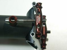 POP-Products UD Carbon Sattelstütze 30,9x425 mm, Aluminium-Titan Setup in Braun. Pin und Yokes montiert.