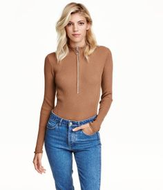 Dark beige. Fitted top in soft, ribbed fabric with a mock turtleneck and zip at top.