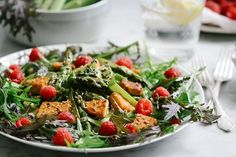 Asparagus-tempeh-salad with raspberries and a mint-orange vinaigrette. (in German)