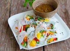 Pachetele vietnameze cu piersici si legume Vietnam, Food And Drink, Eggs, Chicken, Meat, Breakfast, Morning Coffee, Egg, Morning Breakfast