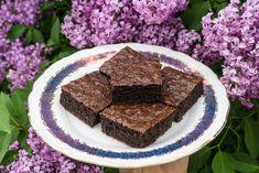 Zkuste si upéct zdravější a odlehčenější verzi brownies, které ale stále uspokojí i ty největší čokoládožrouty (i když vněm čokoláda… Brownies, Low Carb, Keto, Food, Fitness, Cake Brownies, Essen, Meals, Yemek
