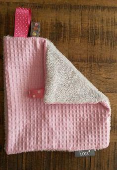 Speen&knuffeldoekje van roze wafelstof met aan de andere kant een licht grijze teddystof. Lekker zacht om mee te knuffelen. Met lus om de speen aan vast te maken.