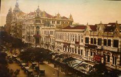 """Trecho da Avenida Rio Branco em direção à Praça Mauá. Ao centro, a esquina com a Rua 7 de Setembro onde se vê o 1º Cinema Odeon (que funcionou de 1909 a 1925, quando foi transferido para a Cinelândia). No canto direito, a sede do jornal """"A Notícia"""" e o Cinema Avenida (que funcionou de 1907 a 1927)."""