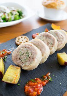 ひき肉やハーブ¥などを鶏肉で巻いて蒸し焼きに。 フランス料理の一つで、ガランティーヌとも呼ばれます。 フランス料理と聞くと難しそうなイメージですが、手軽な食材で簡単に作れるようにアレンジしています。 クリスマスなどパーティーメニューにもおすすめです♪ 自家製トマトソースのレシピはこちらです→oceans-nadia.com/user/13062/recipe/113964