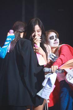 191020 - Nayeon and Jihyo hugging Mina Nayeon, My Girl, Cool Girl, Jihyo Twice, Twice Kpop, I Love My Friends, Dahyun, Fans Cafe, K Idol