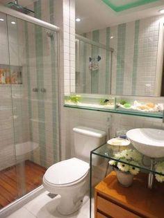 Banheiro branco com bancada de vidro