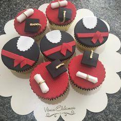 """Mi piace"": 177, commenti: 1 - Vânia Elihimas (@vaniaelihimas) su Instagram: ""#cupcakeformatura #brigadeiroformatura #boloformatura Cake board lindo by @julieart.br e se você…"" Graduation Cupcakes, Graduation Day, Cupcake Cookies, Cupcake Toppers, Fondant, Confectionery, Cookie Decorating, Deserts, Sweets"