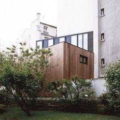 Noel Dominguez inserts timber cube house  into Parisian garden