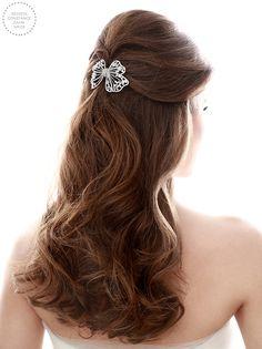 Penteado de noiva - cabelo meio preso ondulado com volume e laço de cristais ( Foto: Felipe Lessa Photography | Beleza: Jr Mendes | Laço: Miguel Alcade )