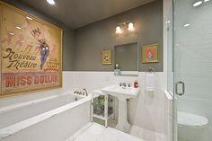 Banheiro com Meia-Parede e Quadro