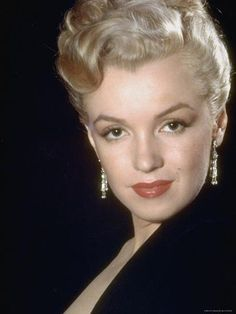 Marilyn Monroe's look has been mimicked by every celeb who can draw on a beauty mark—but there's so much more to learn from the original sex symbol. Try these eight Monroe-inspired tips and you'll be spending more than a week with Marilyn. Estilo Marilyn Monroe, Marilyn Monroe Fotos, Marylin Monroe Body, Robert Mapplethorpe, Annie Leibovitz, Richard Avedon, Norma Jeane, Brigitte Bardot, Hollywood Stars
