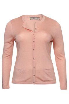 Poederkleurige cardigan van Très-Elle. Online verkrijgbaar via www.NR4.be #NR4 #GroteMaten #Dames