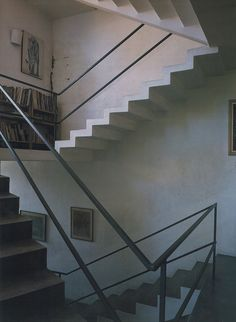 Geoffrey Bawa - Folded staircase with a simple metal railing. God is in the details. Interior Architecture, Interior And Exterior, Kerala Architecture, Interior Design, Modernist Movement, Suburban House, Metal Railings, House Inside, Le Corbusier