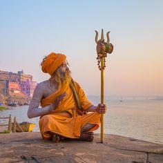Travel inspiration: a sadhu (holy man) at sunrise in varanasi, india. Rishikesh, Chic Minimalista, India Culture, Poses For Men, Portraits, Varanasi, India Travel, Incredible India, Family Travel