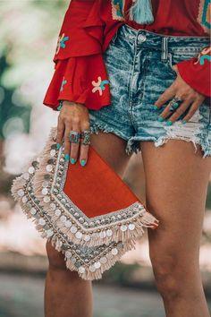 A beautiful red coin clutch boho style Boho-Stil 5 Things You Didn't Know About Me Boho Chic, Style Boho, Look Boho, Bohemian Mode, Hippie Boho, My Style, Diy Fashion, Ideias Fashion, Womens Fashion
