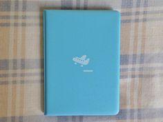 """""""A novidade da semana é essa nova cor da capa para passaporte 2NUL. Azul clarinho, clarinho. Linda né! """" - Loja finé - www.lojafine.com"""