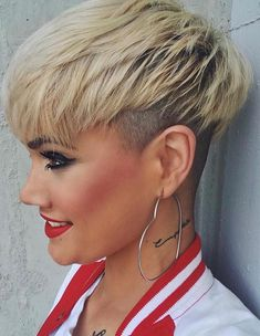 Short Pixie With Undercut ❤… Short Pixie With Undercut ❤️ Love the idea of undercut pixie mixture? Besides lovely ideas of how to style your shaved Latest Short Hairstyles, Trendy Haircuts, Short Pixie Haircuts, Summer Hairstyles, Hairstyles Haircuts, Haircut Short, Short Undercut, Ladies Hairstyles, Men Undercut