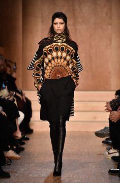Givenchy funde referências vitorianas e do Antigo Egito no inverno 2017 - Vogue | Desfiles