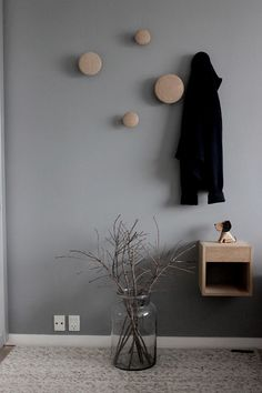 Wieszaki Dots Muuto -  świetne prawda? http://www.skandynawskie.pl/pl/searchquery/dots/1/phot/5?url=dots Murs Taupe, Vestibule, Hallway Designs, Decore Sua Casa, House Entrance, Home Upgrades, Entry Hall, Home Staging, Home Bedroom
