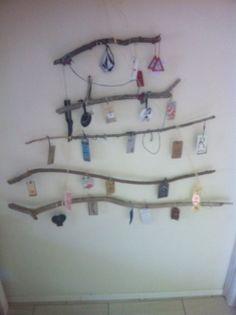 Vorm van een kerstboom en versieren met kleding labels.